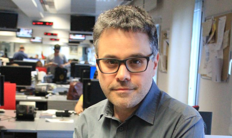 Javier Casal en la redacción central de Radio Madrid